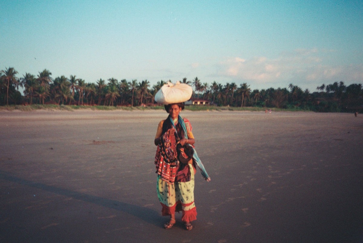 india-goa-woman-selling-on-beach_1